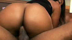 Pretty shapely ebony tart Playa skewers her pussy on a throbbing dong